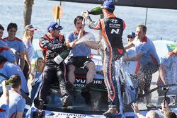 Podio: i vincitori Thierry Neuville, Nicolas Gilsoul, Hyundai i20 WRC, Hyundai Motorsport