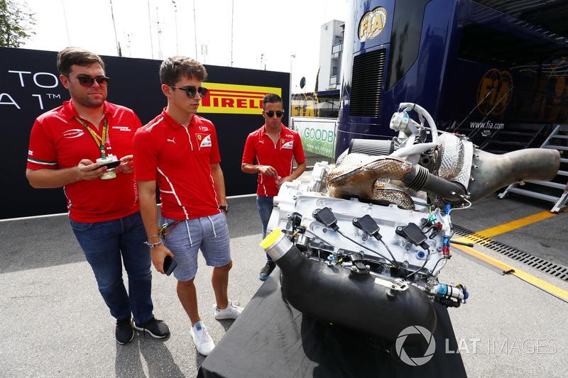 Charles Leclerc, PREMA Powerteam, et Antonio Fuoco, PREMA Powerteam, examinent le nouveau moteur F2