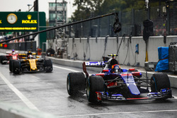 Карлос Сайнс-мл., Scuderia Toro Rosso STR12, и Нико Хюлькенберг, Renault Sport F1 Team RS17