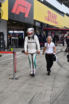 Lewis Hamilton, Mercedes AMG F1en un scooter con Angela Cullen, Physio y PA