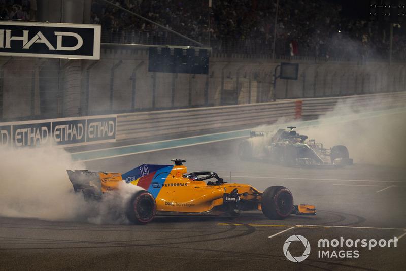 Lewis Hamilton, Mercedes-AMG F1 W09 e Fernando Alonso, McLaren MCL33, eseguono dei donut alla fine della gara