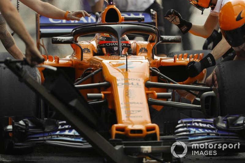 Stoffel Vandoorne, McLaren MCL33, ai box durante le prove libere