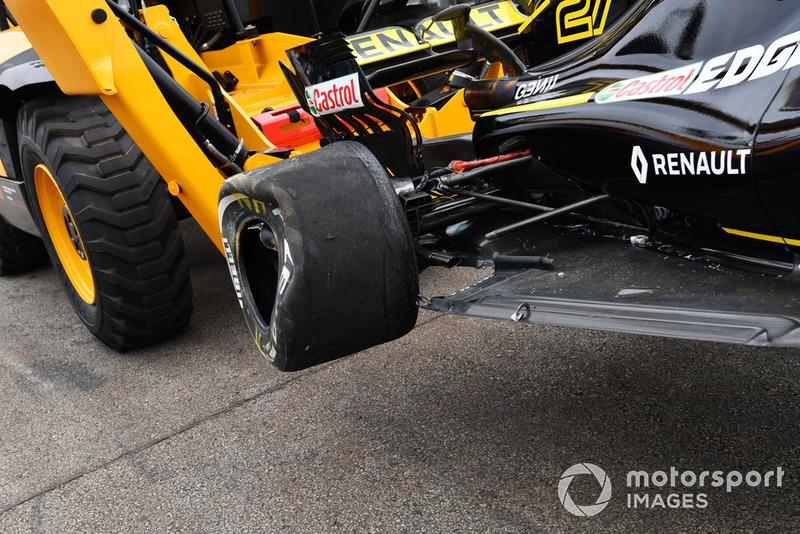 La monoposto di Nico Hulkenberg, Renault Sport F1 Team R.S. 18 viene recuperata dopo l'incidente nelle FP2