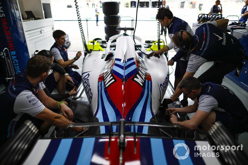 Miembros del equipo Williams trabajando en el garaje del equipo.