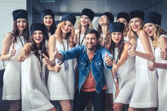 Chicas de la parrilla y blogger Amiran Sardarov