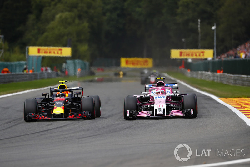 Max Verstappen, Red Bull Racing RB14, y Esteban Ocon, Racing Point Force India VJM11