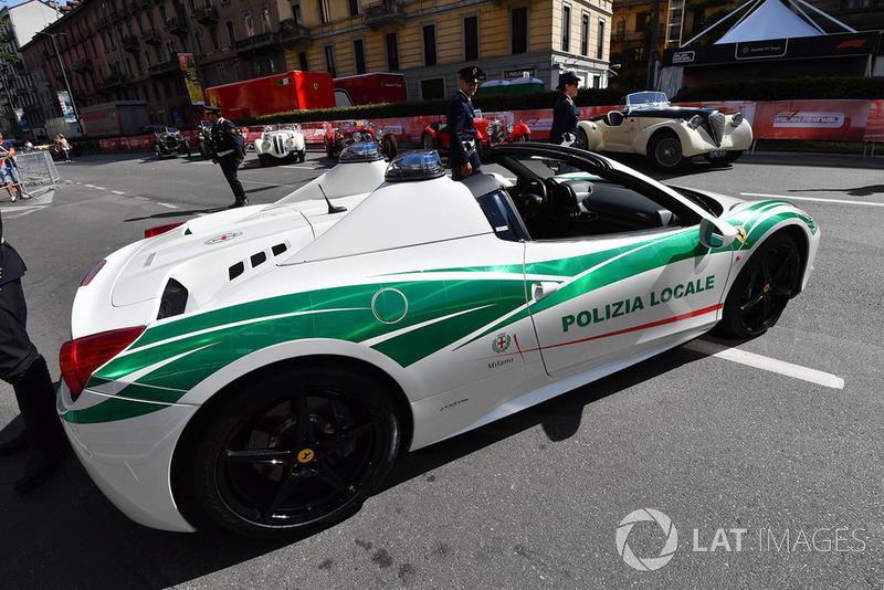 Полицейский автомобиль Ferrari