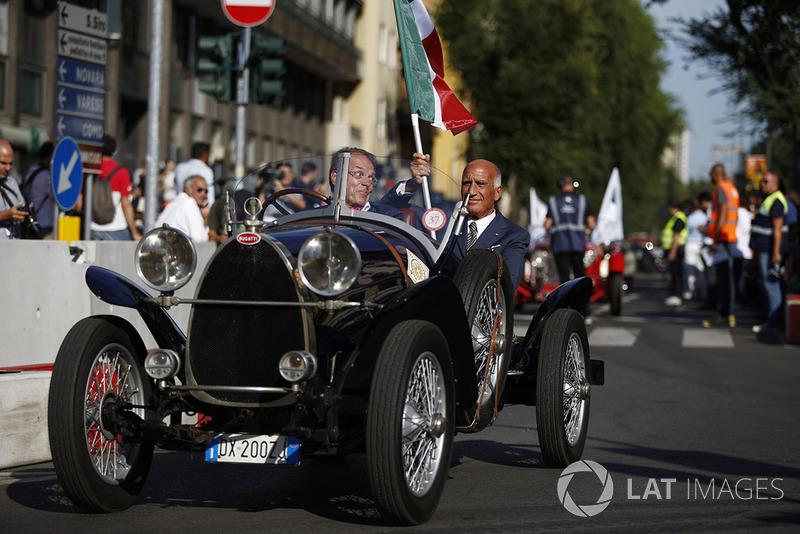 Анджело Стічі Даміані, президент Федерації автоспорту Італії CAI на вінтажному Bugatti