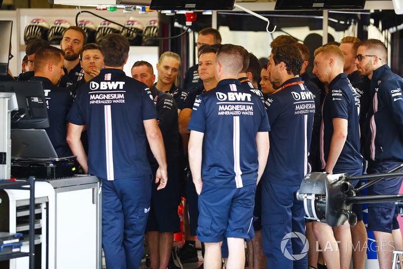 Meccanici e membri del team Force India in una consultazione del giovedì mattina