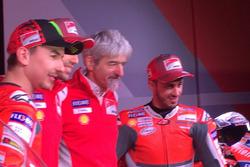 Хорхе Лоренсо, Ducati Team, Мікеле Пірро, тестовий гонщик Ducati, Джіджі Далл'Інья, генеральний директор Ducati Team, Андреа Довіціозо, Ducati Team