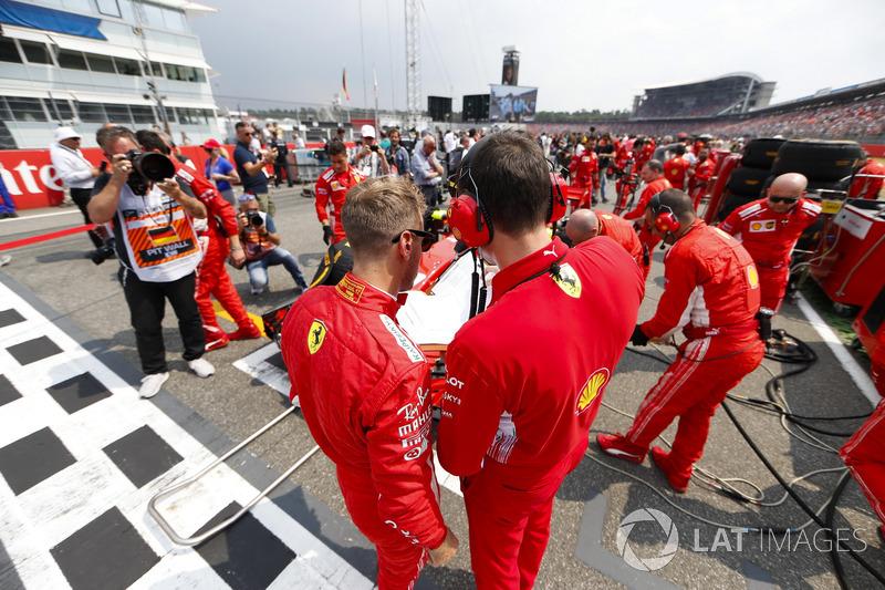Sebastian Vettel, Ferrari, parle à un ingénieur sur la grille