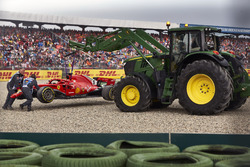 Marshals bergen de auto van Sebastian Vettel, Ferrari SF71H