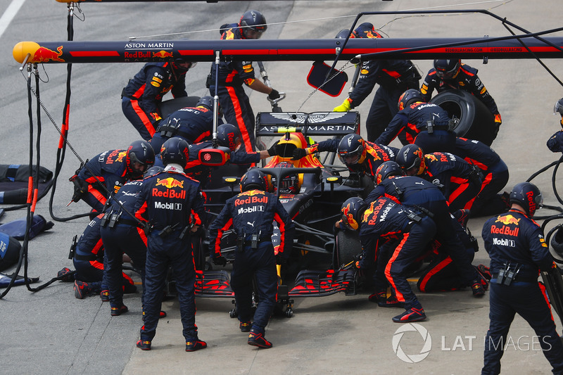 Max Verstappen, Red Bull Racing RB14, hace un pit stop