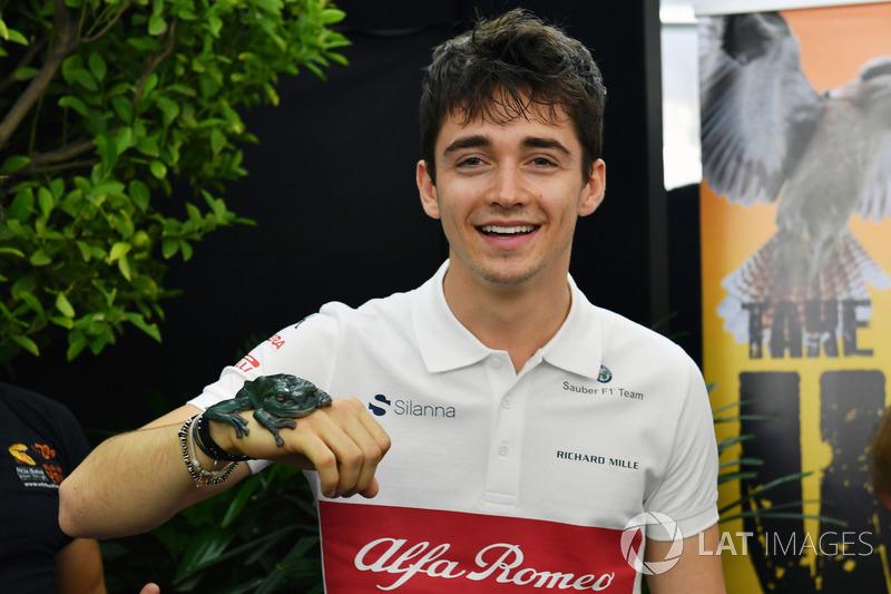 Гонщик Alfa Romeo Sauber F1 Team Шарль Леклер и квакша