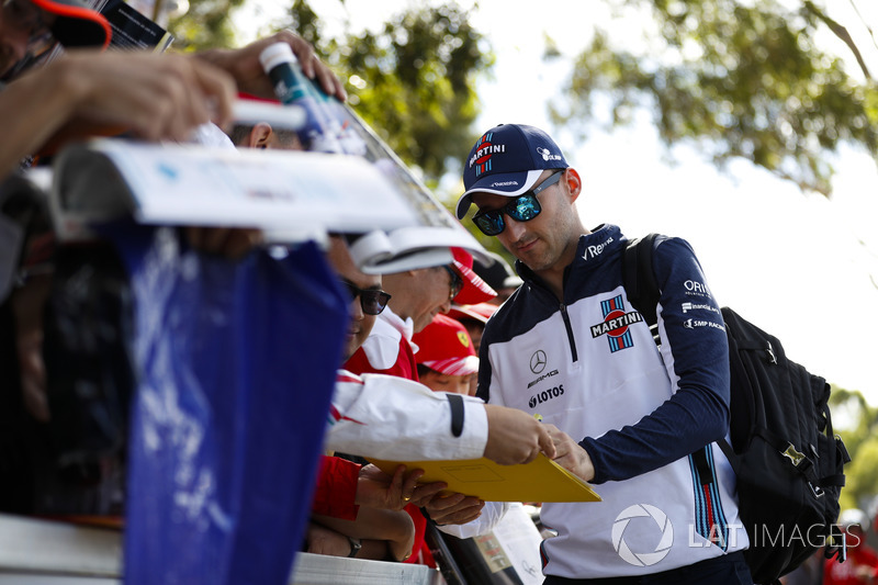 Robert Kubica, Williams Martini Racing, imza dağıtıyor