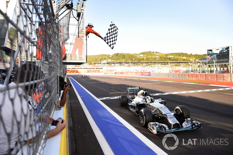 Lewis Hamilton, Mercedes F1 W05 Hybrid, prende la bandiera a scacchi