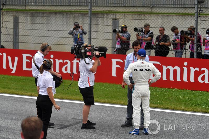 Il poleman Valtteri Bottas, Mercedes-AMG F1, parla con Mark Webber, nel parco chiuso