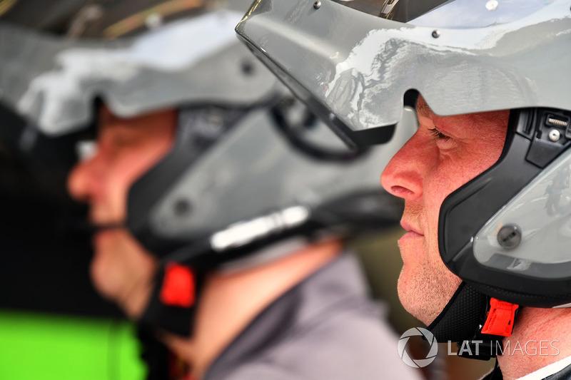 Haas F1 mechanics