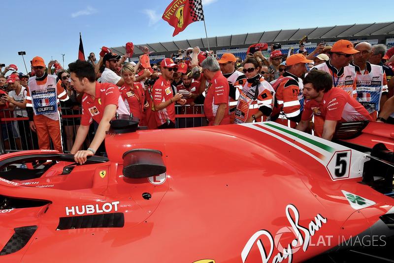 Sebastian Vettel, Ferrari firma autógrafos para los fanáticos