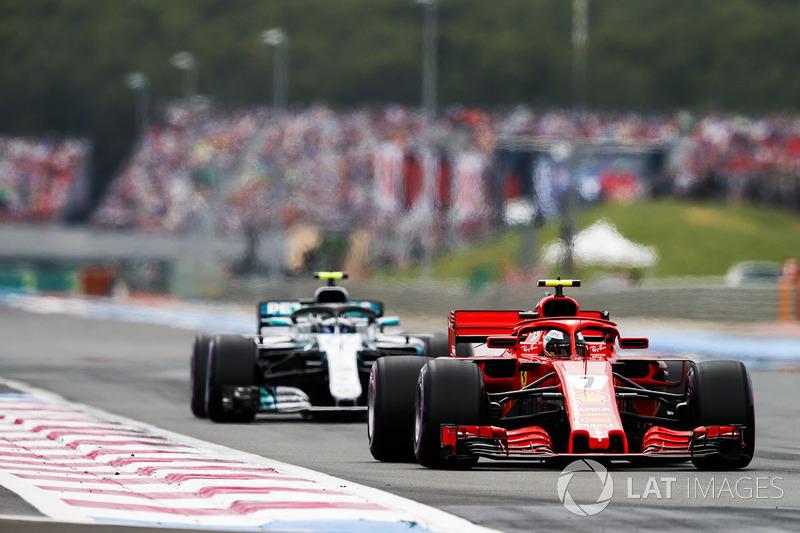 Kimi Raikkonen, Ferrari SF71H, por delante de Valtteri Bottas, Mercedes AMG F1 W09