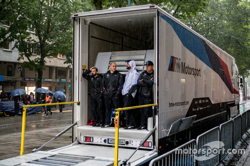 I membri del team BMW attendono sotto la pioggia
