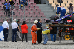 Charlie Whiting, FIA Delegate observes the crash site of Brendon Hartley, Scuderia Toro Rosso STR13