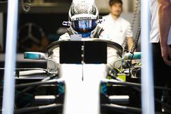 Valtteri Bottas, Mercedes AMG F1, si cala nella sua monoposto