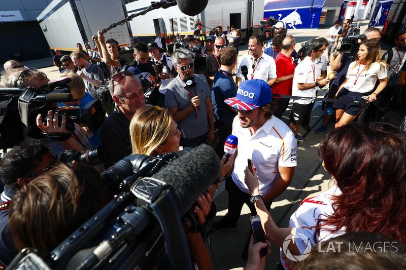 Fernando Alonso, McLaren, hablando con los medios