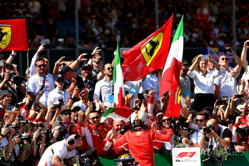 Sebastian Vettel, Ferrari dans le parc fermé avec Lewis Hamilton, Mercedes-AMG F1 W09