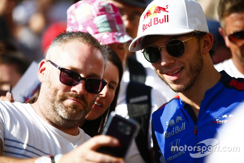 Pierre Gasly, Toro Rosso, posa per una foto con un tifoso