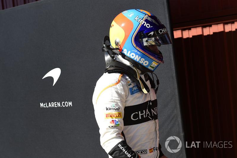 Fernando Alonso, McLaren regresa caminando a boxes