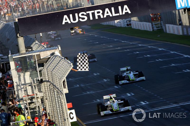 Checkered flag for Jenson Button, Brawn Grand Prix BGP 001 and Rubens Barrichello, Brawn Grand Prix BGP 001
