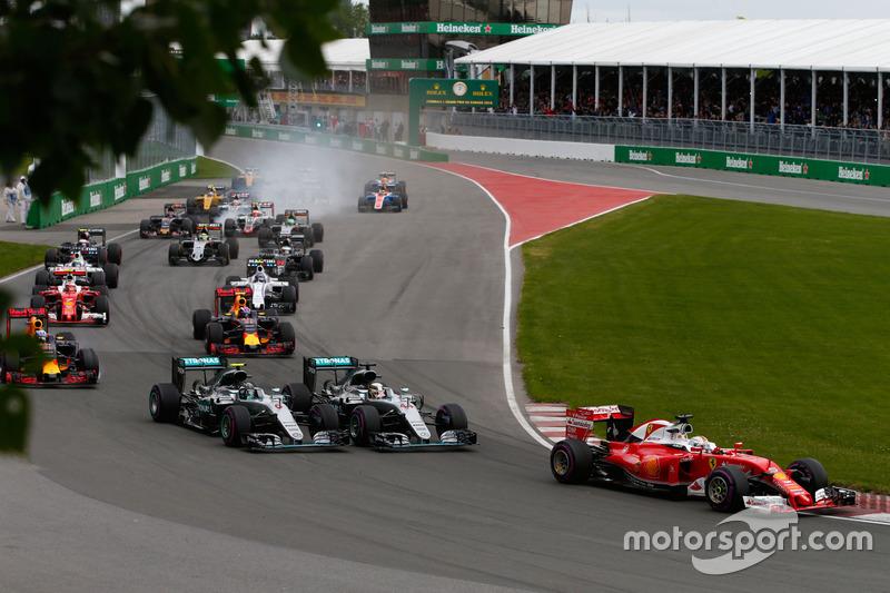 Льюїс Хемілтон, Mercedes AMG F1 W07 Hybrid та товариш по команді Ніко Росберг, Mercedes AMG F1 W07 H