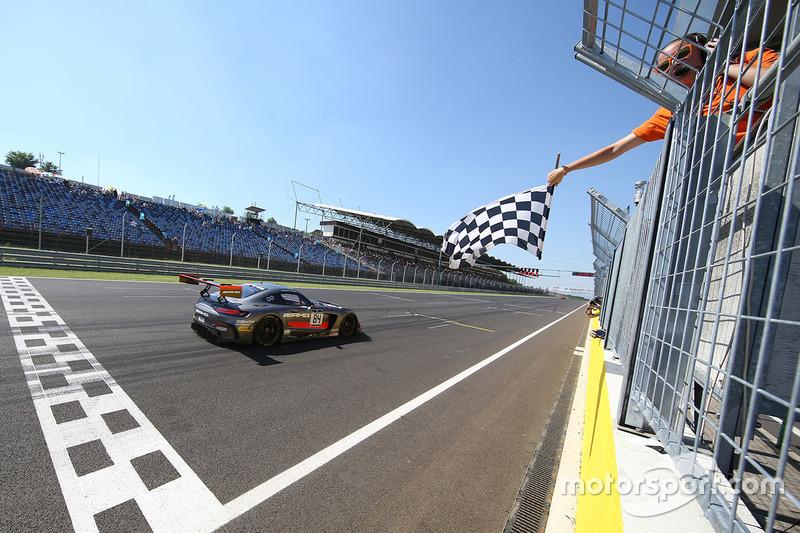 #84 AMG Team HTP Motorsport Mercedes AMG GT3: Dominik Baumann, Maximilian Bühk conquistano la vittoria