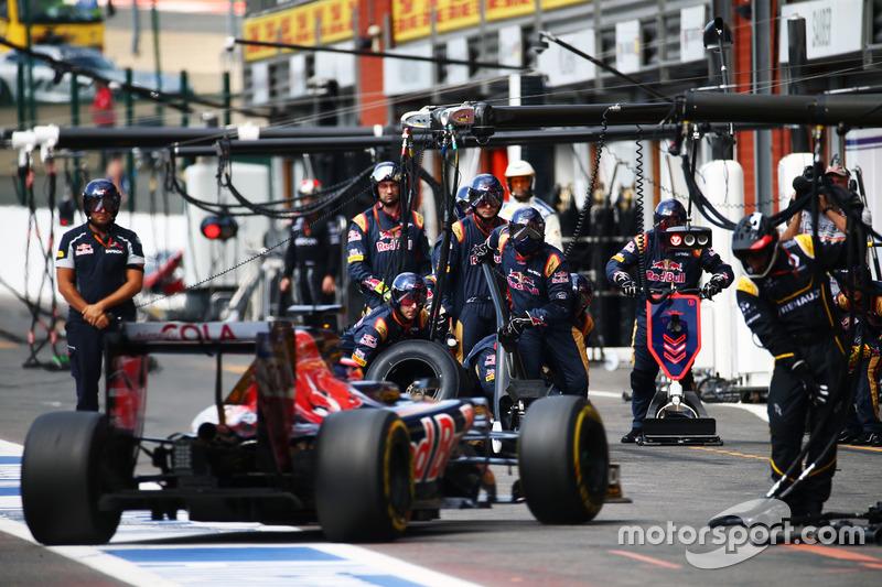 Daniil Kvyat, Scuderia Toro Rosso STR11 makes a pit stop