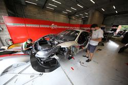 Mecánico de AF Corse trabajando