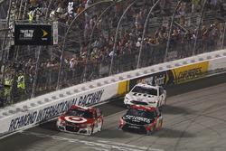 Kyle Larson, Chip Ganassi Racing Chevrolet, Martin Truex Jr., Furniture Row Racing Toyota, Brad Keselowski, Team Penske Ford passent sous le drapeau à damiers