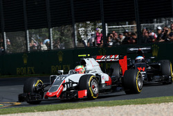 Esteban Gutierrez, Haas F1 Team VF-16 and Fernando Alonso, McLaren MP4-31