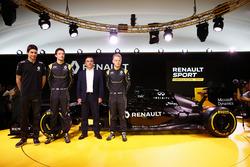 Карлос Гон, президент Renault, Джолион Палмер, Кевин Магнуссен и Эстебан Окон, тестовый пилот Renaul