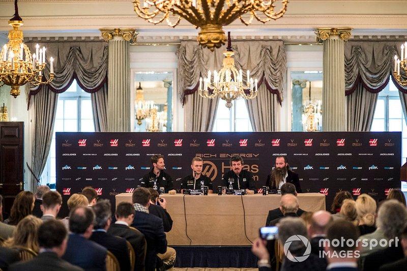 Romain Grosjean, Haas F1 Team, Kevin Magnussen, Haas F1 Team, Guenther Steiner, director de Haas F1 y William Storey, CEO de Rich Energy en conferencia de prensa