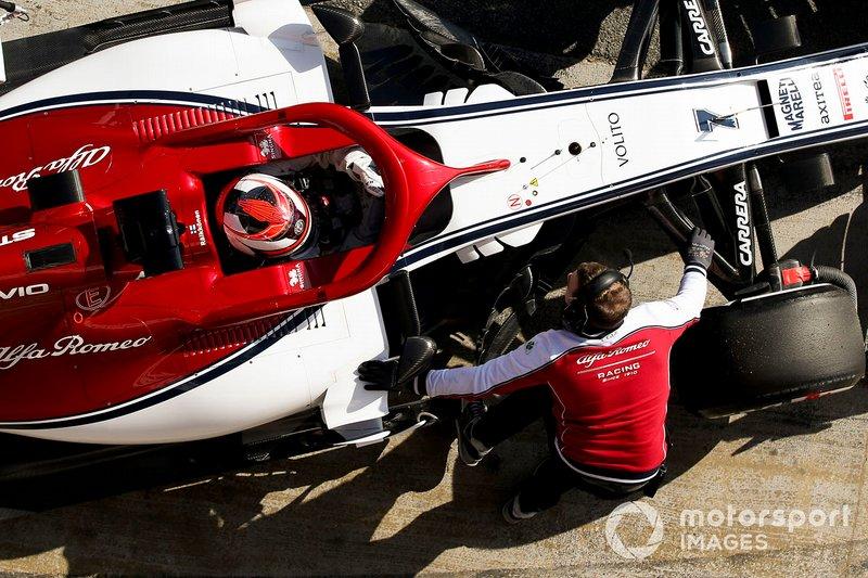 Kimi Raikkonen, Alfa Romeo Racing, s'arrête à son stand