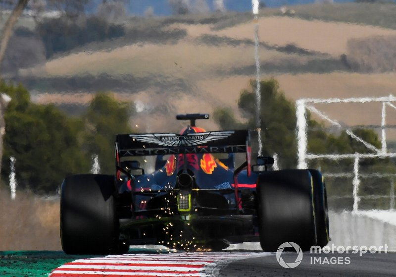 Max Verstappen, Red Bull Racing RB15, fa scintille sul cordolo