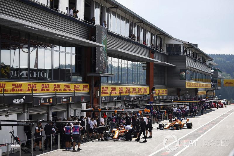 Los McLaren de Stoffel Vandoorne, McLaren MCL33, yLando Norris, McLaren MCL33