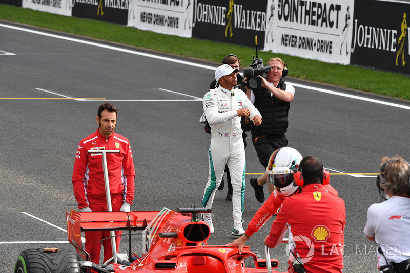 Le poleman Lewis Hamilton, Mercedes AMG F1, dans le parc fermé