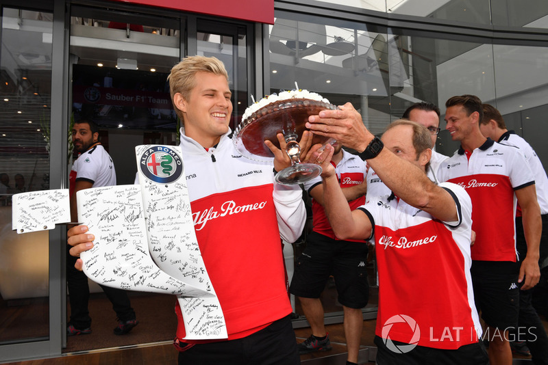 Sauber celebrate the birthday of Marcus Ericsson, Sauber with Josef Leberer, Sauber Trainer