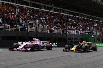 Esteban Ocon, Racing Point Force India VJM11 y Max Verstappen, Red Bull Racing RB14