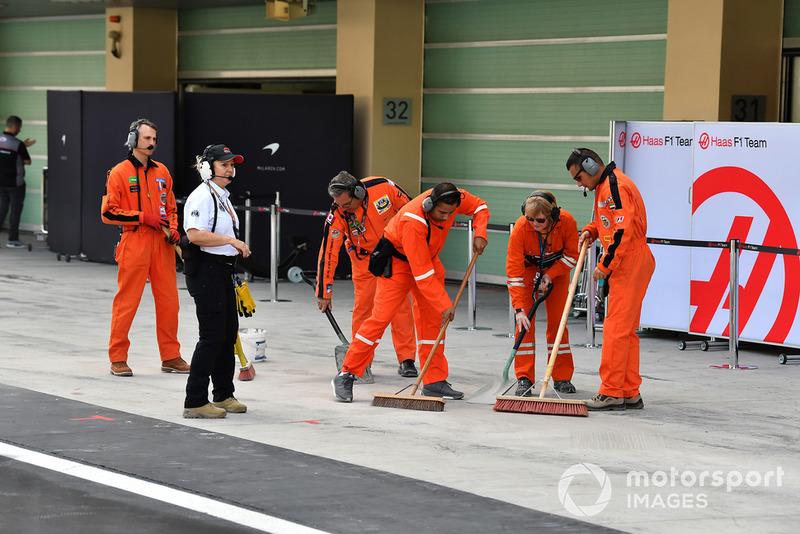 Маршалы чистят пит-бокс Haas F1