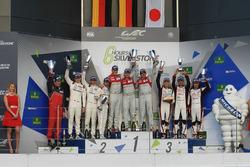 Podium: Sieger Marcel Fässler, Andre Lotterer, Benoit Tréluyer, Audi Sport Team, 2. Romain Dumas, Ne