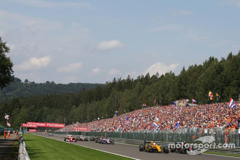 Jenson Button, McLaren MP4-31 e Kevin Magnussen, Renault Sport F1 Team RS16 alla partenza della gara