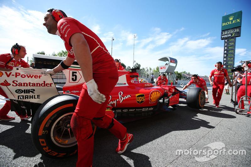 Инженеры Ferrari помогают Себастьяну Феттелю на пит-лейне